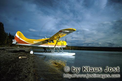 Floatplane/Bush plane/Alaska            Floatplane at Brooks River