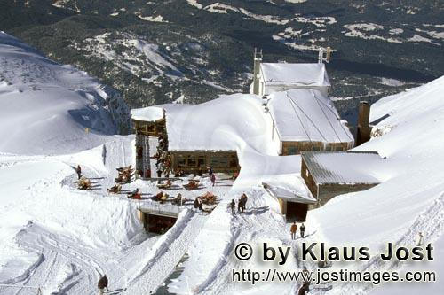 Mittenwald/Karwendel cable car mountain station        Snowy Karwendel cable car mountain station</b
