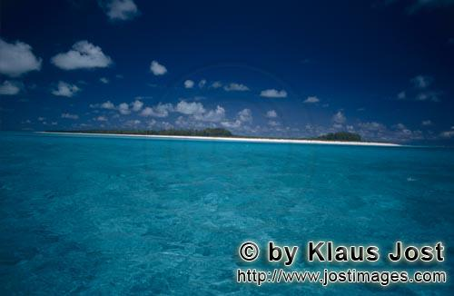Midway/Hawaiian Islands/USA        South Sea island in the endless blue of the ocean        The M