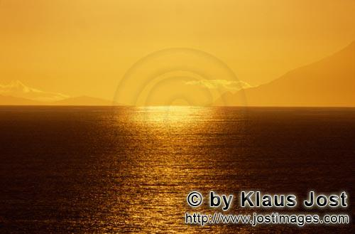 Walker Bay/Western Cape/South Africa        The sun sinks into the sea