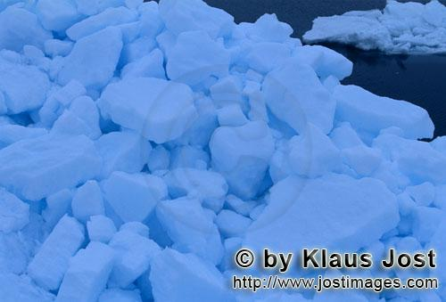 Cape Anne/Nunavut/Canada        Pack ice -The Arctic sea ice        On the shore of Cape Anne
