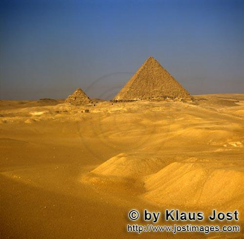 Pyramid of Cheops/Pyramide Cheops        The pyramids of Khufu and Menkaure at Giza