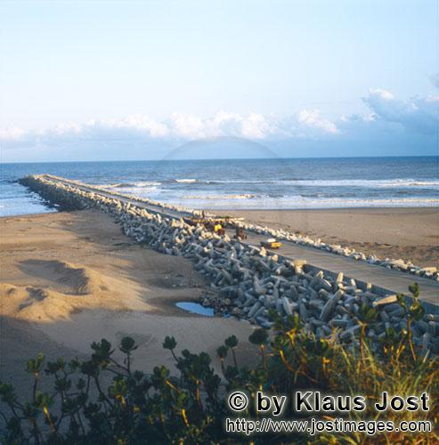 Richards Bay Harbour/Hafen Richards Bay        North Breakwater protected through dollose        The