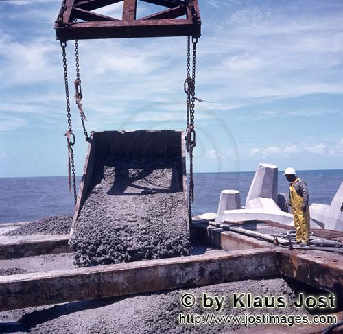 Richards Bay Harbour/Natal/South Africa        Concreting of the concrete head at North Breakwater</