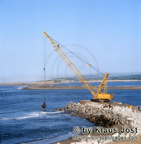 Richards Bay Harbour/Hafen Richards Bay        Dredging on North Headland with Manitowoc 4600