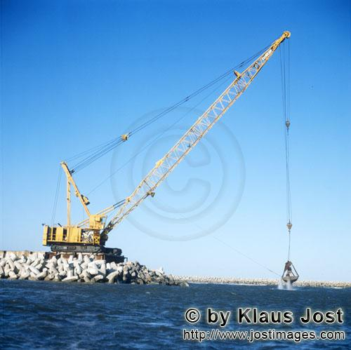 Richards Bay Harbour/Natal/South Africa        Dredging with Manitowoc 4600 on North Headland