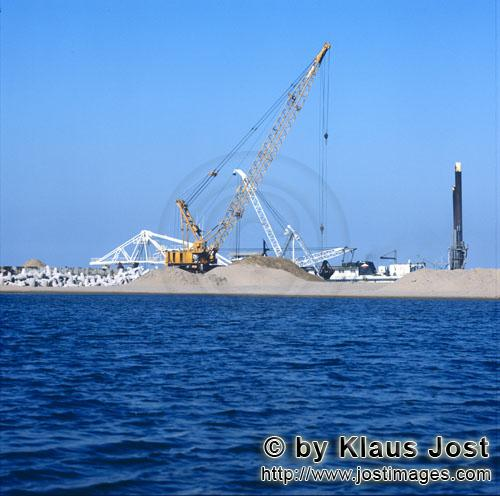 Richards Bay Harbour/Natal/South Africa        Dredging on North Headland with Manitowoc 4600