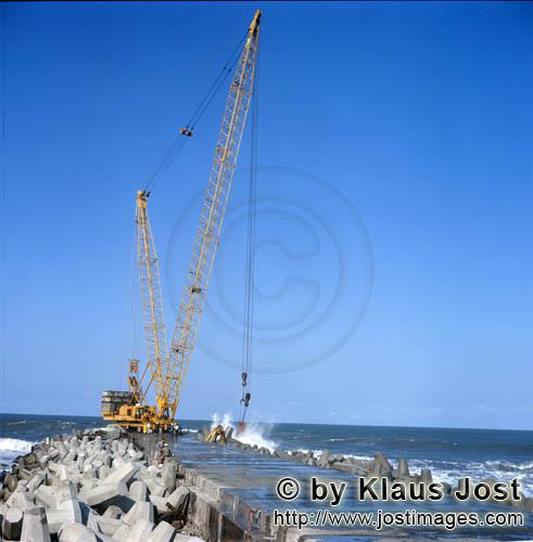 Hafen Richards Bay/Richards Bay Harbour        Placing dolosse on South Breakwater