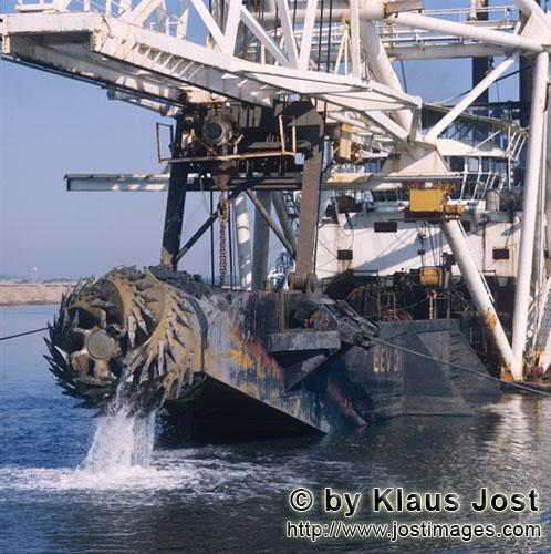 Richards Bay Harbour/Natal/South Africa        Cutter head - Cutter Suction Dredger