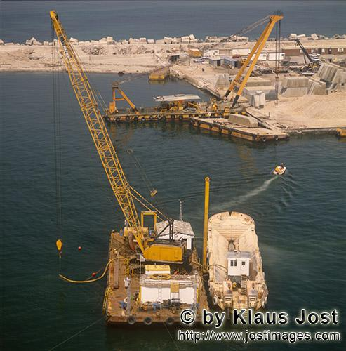 Ras el Tin Harbor Alexandria/Egypt        Crane barge with airlift activities