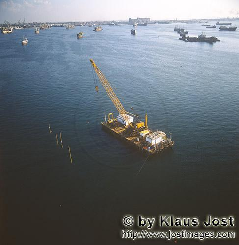 Quaywall construction Ras el Tin Harbor, Alexandria        Crane barge in action for the concrete bl