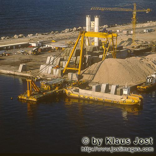 Quaywall construction Ras el Tin Harbor, Alexandria        Transport pontoon is loaded